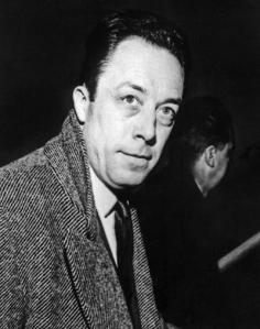 El escritor francés Albert Camus en 1957 a su llegada a Estocolmo para recibir el Premio Nobel de Literatura / EFE
