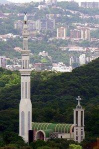 Minarete de la mezquita de Caracas, a la derecha iglesia maronita de San Charbel.