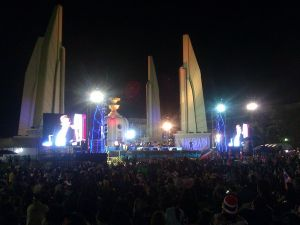 Protesters_at_Democracy_Monument,_November_2013