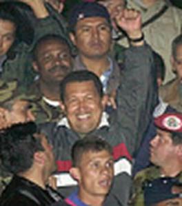 Hugo Chávez volviendo a Miraflores en la madrugada del 14 de abril de 202.
