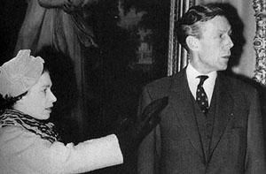 Anthony Blunt y la Reina Isabel II. Imagen: http://www.artscope.net/
