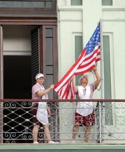 Camareras colocan una Star-Spangled banner en el hotel donde se alojan senadores estadounidenses en enero de 2015, en La Habana, Cuba. Imagen: www.lapatilla.com/