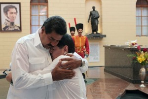 Maduro y Maradona se abrazan junto a la tumba de Chávez en 2013. Imagen: http://www.informador.com.mx/